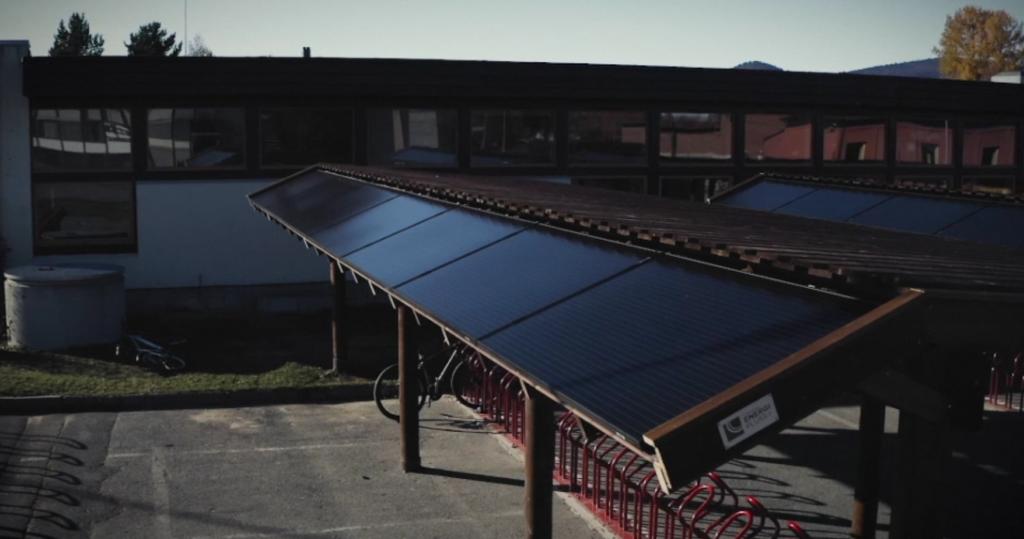 Solceller på sykkelstativ ved Tynset ungdomsskole er resultat fra Gründercamp.